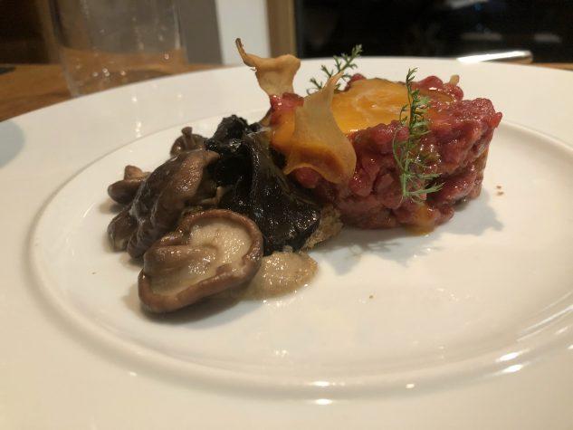 Beeftatar mit Variation von Pilzen und Schwarzbrot
