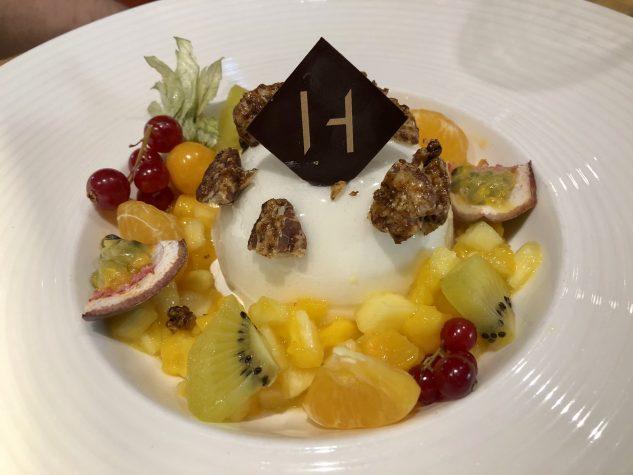 Fraîcheur glacée - Baiser, Joghurteis, Karamellkern und karamellisierte Pecannüsse, exotische Früchte