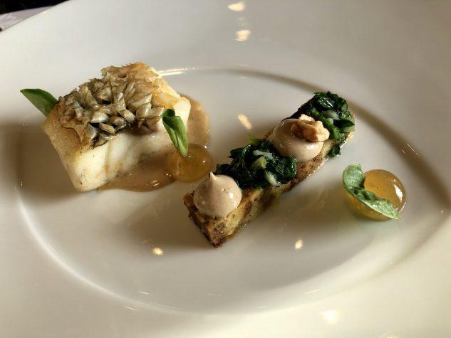 Kross gebratener Wolfsbarsch mit Feldsalat und karamellisierten Haselnüssen