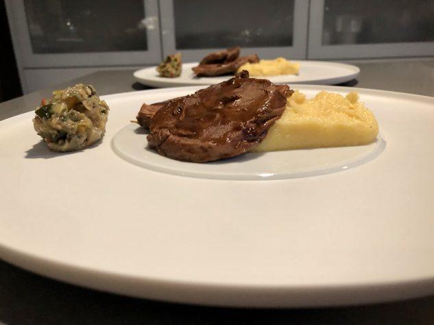 In Salz-Zitronen-Joghurt marinierte Lammkeule mit Lorbeer, Parmesanpolenta und Gemüse-Kapern-Relish