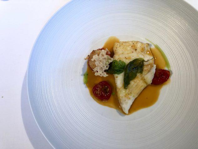 Medaillon vom Steinbutt mit aromatischem Chorizo-Sud und gebackenem Reisbällchen