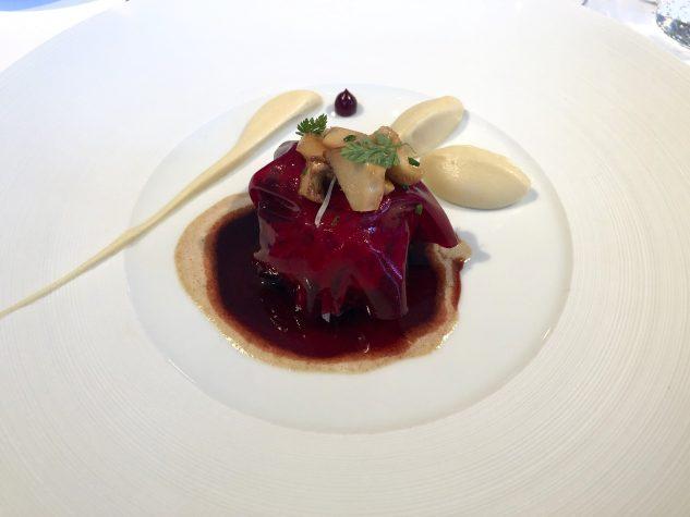 Rehrücken mit Purple Curry Jus, Selleriepüree und Pfifferlingen