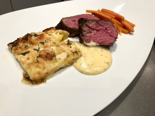 Chateaubriand an cremigem Kartoffelgratin, mit Honig glasierten Karotten und Sauce Béarnaise