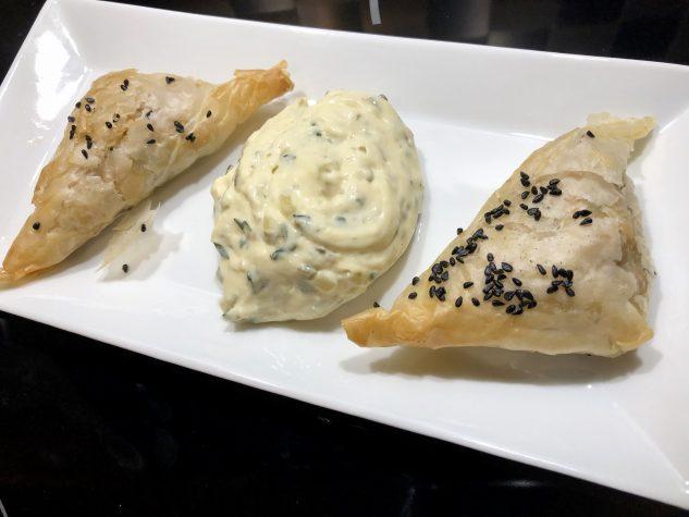 Filo-Teigtaschen mit Meeresfrüchten und Sauce Tartare