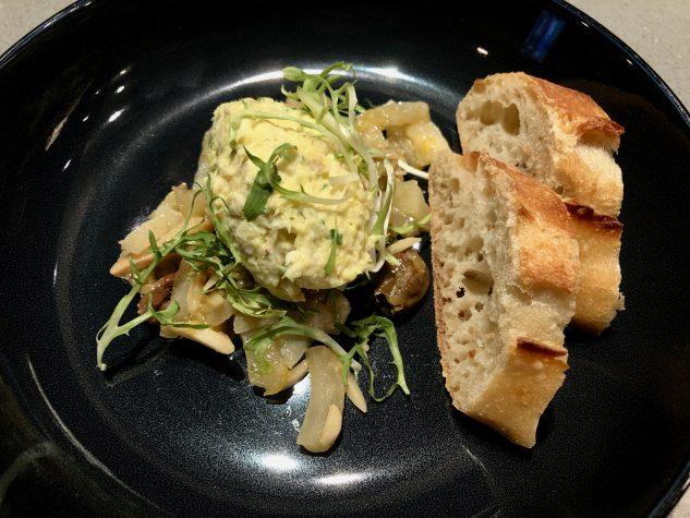 Aioli-Seehecht-Rillette mit Fenchel-Olivensalat, Orange und Mandeln