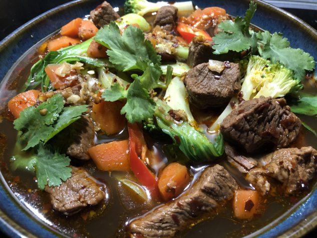 Nudelsuppe mit Rinderbrühe und Rindfleisch