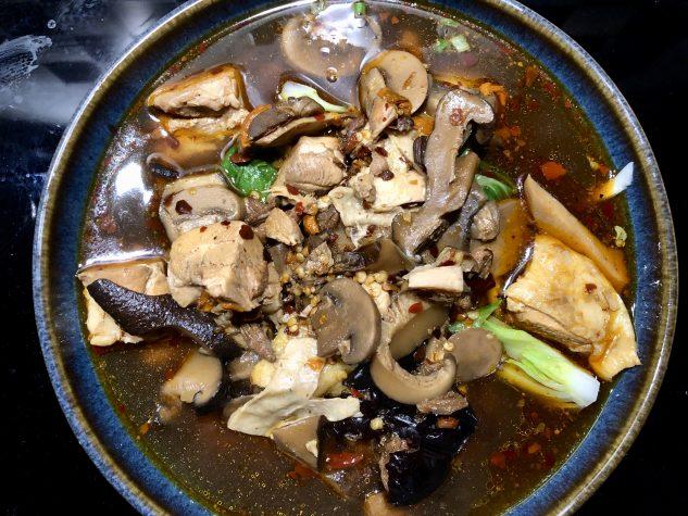 Nudelsuppe mit Hühnerbrühe und Hähnchenfleisch