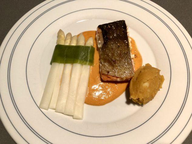Lachsfilet mit Sauce Maltaise, weißem Spargel und Café de Paris-Kartoffelstampf