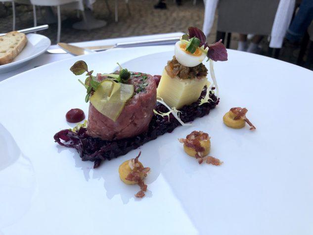 """Tartar """"Rohe Rinderroulade"""" mit Petersilien-Kartoffelsalat und mariniertem Rotkohl"""