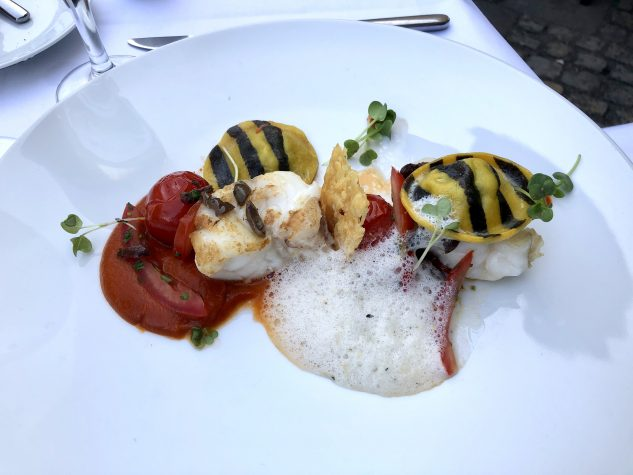 Medaillons vom Seeteufel mit Minz-Auberginen-Ravioli und geräucherte Tomatencoulis