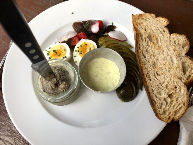 """""""Paté de Campagne"""" , hausgemachte französische Landpastete, süß-saure Perlzwiebeln, gekochtes Bio-Ei und Remoulade"""