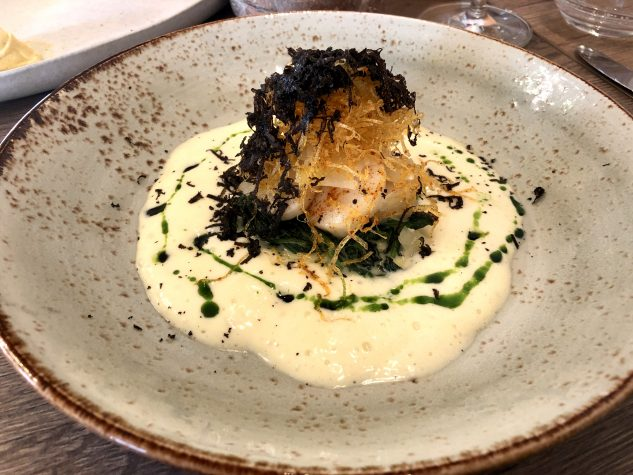 Coquille St. Jacques | Australischer Wintertrüffel | Babyspinat | Kartoffelstroh | Champagner Beurre Blanc
