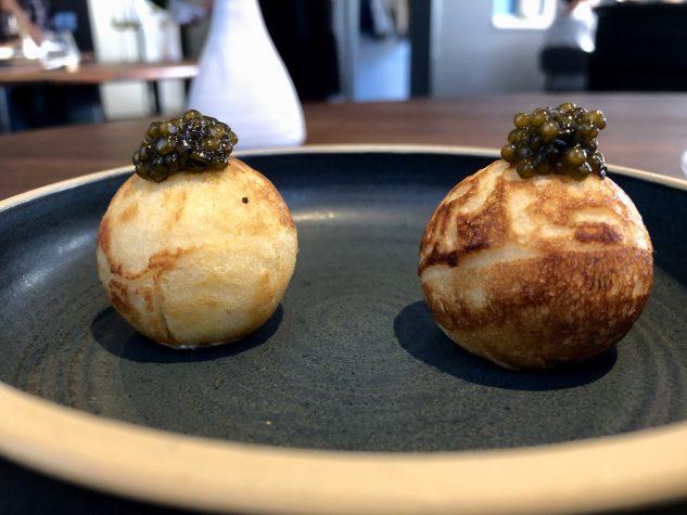 Amuse Bouche: Blini / Frischkäse / Kaviar